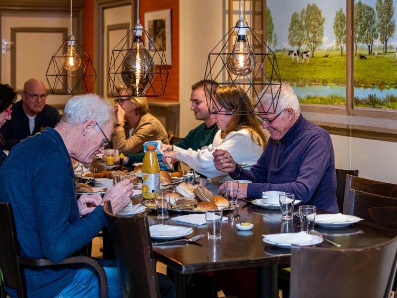 0002 Avond Dorpshelden Westzaan starten met gezamenlijke maaltijd.jpg