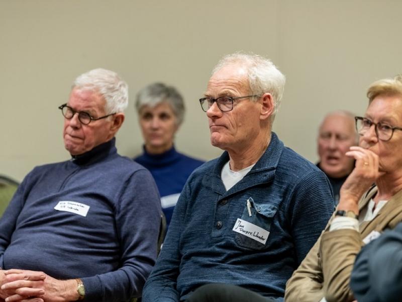006 Wim en Jan Dorpsraad Warder doen ideeën op.jpg
