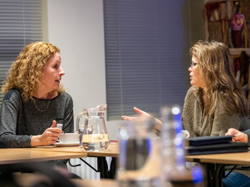 6-Irene-(links,-dorpshuis-De-Quackel)-in-gesprek-met-Carrie-van-dorpsraad-Burgerveen.jpg